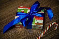 Δώρο με το μπλε τόξο και την καραμέλα στοκ εικόνα
