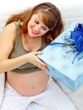 δώρο μωρών η έγκυος χαμογ&epsi Στοκ Φωτογραφίες