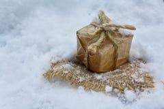 Δώρο στο αναδρομικό ύφος στο άσπρο χιόνι Στοκ φωτογραφίες με δικαίωμα ελεύθερης χρήσης