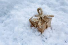 Δώρο στο αναδρομικό ύφος στο άσπρο χιόνι Στοκ εικόνα με δικαίωμα ελεύθερης χρήσης