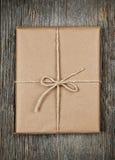 Δώρο στο καφετί έγγραφο που δένεται με τη συμβολοσειρά στοκ φωτογραφίες με δικαίωμα ελεύθερης χρήσης