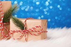 Δώρο του Κραφτ Χριστουγέννων στο μπλε υπόβαθρο Στοκ φωτογραφία με δικαίωμα ελεύθερης χρήσης