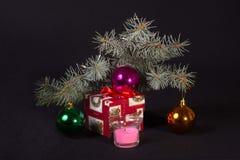 Δώρο του νέου έτους κάτω από το δέντρο στοκ φωτογραφία με δικαίωμα ελεύθερης χρήσης
