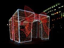 Δώρο του νέου έτους πυράκτωσης, ελαφρύ αντικείμενο, εξωτερικό ντεκόρ, σπινθήρες του φωτός Άποψη νύχτας Μεγάλα δώρα Χριστουγέννων  στοκ φωτογραφία με δικαίωμα ελεύθερης χρήσης