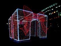 Δώρο του νέου έτους πυράκτωσης, ελαφρύ αντικείμενο, εξωτερικό ντεκόρ, σπινθήρες του φωτός Άποψη νύχτας Μεγάλα δώρα Χριστουγέννων  στοκ εικόνα