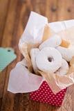 Δώρο τροφίμων μίνι donuts στα ζωηρόχρωμα κιβωτίων Στοκ Φωτογραφία