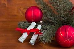 Δώρο των χρημάτων στο αγροτικό ξύλινο υπόβαθρο Χριστουγέννων Στοκ εικόνα με δικαίωμα ελεύθερης χρήσης