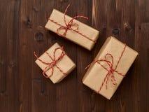 Δώρο υποβάθρου Χριστουγέννων στο έγγραφο της Kraft, σπάγγος που συνδέεται με Στοκ Εικόνες