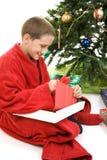 Δώρο Χριστουγέννων ανοίγματος παιδιών στοκ εικόνες