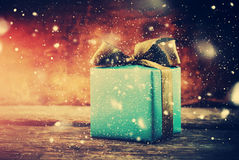 Δώρο Χριστουγέννων Εορταστικό κιβώτιο με το συρμένο χιόνι Στοκ Εικόνες