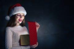 Δώρο Χριστουγέννων Ευτυχές κιβώτιο ανοίγματος κοριτσιών Στοκ εικόνα με δικαίωμα ελεύθερης χρήσης