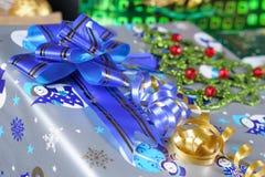 Δώρο Χριστουγέννων με μια μπλε κορδέλλα Στοκ εικόνα με δικαίωμα ελεύθερης χρήσης