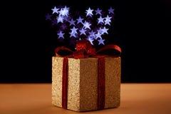Δώρο Χριστουγέννων με τα αστέρια bokeh Στοκ φωτογραφία με δικαίωμα ελεύθερης χρήσης