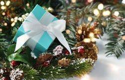 Δώρο Χριστουγέννων με την άσπρη κορδέλλα στοκ εικόνες με δικαίωμα ελεύθερης χρήσης