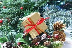 Δώρο Χριστουγέννων με την κόκκινη και χρυσή κορδέλλα στοκ εικόνες