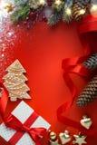 Δώρο Χριστουγέννων με τη διακόσμηση στον πίνακα  Υπόβαθρο ευχετήριων καρτών Χριστουγέννων στοκ φωτογραφία