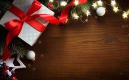 Δώρο Χριστουγέννων με τη διακόσμηση στον πίνακα  Υπόβαθρο ευχετήριων καρτών Χριστουγέννων στοκ φωτογραφίες με δικαίωμα ελεύθερης χρήσης