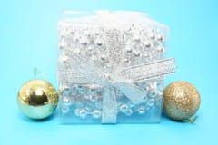 Δώρο Χριστουγέννων με τις διακοσμήσεις στοκ φωτογραφία με δικαίωμα ελεύθερης χρήσης