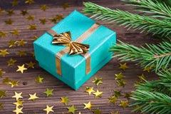 Δώρο Χριστουγέννων με τον κλάδο δέντρων έλατου στον ξύλινο πίνακα Στοκ φωτογραφία με δικαίωμα ελεύθερης χρήσης