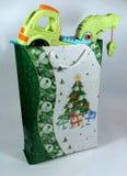 δώρο Χριστουγέννων παιδιών στοκ εικόνα με δικαίωμα ελεύθερης χρήσης