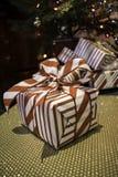 Δώρο Χριστουγέννων που τυλίγεται στα κόκκινα και άσπρα λωρίδες Στοκ Φωτογραφίες