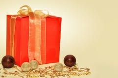Δώρο Χριστουγέννων στην κίτρινη ανασκόπηση Στοκ φωτογραφία με δικαίωμα ελεύθερης χρήσης