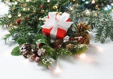 Δώρο Χριστουγέννων στις διακοσμήσεις Στοκ εικόνα με δικαίωμα ελεύθερης χρήσης
