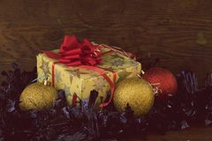 Δώρο Χριστουγέννων στο εκλεκτής ποιότητας έγγραφο Στοκ Φωτογραφίες
