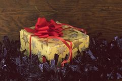 Δώρο Χριστουγέννων στο εκλεκτής ποιότητας έγγραφο Στοκ φωτογραφίες με δικαίωμα ελεύθερης χρήσης