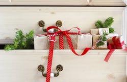 Δώρο Χριστουγέννων στο συρτάρι κομμών Στοκ Φωτογραφίες
