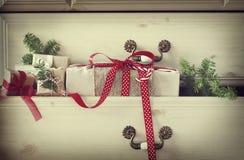 Δώρο Χριστουγέννων στο συρτάρι κομμών Στοκ φωτογραφία με δικαίωμα ελεύθερης χρήσης