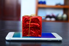 Δώρο Χριστουγέννων στο τηλέφωνο Στοκ Εικόνες