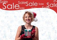 Δώρο Χριστουγέννων Όμορφο καπέλο santa womanin Πώληση διακοπών Στοκ Φωτογραφία