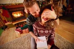 Δώρο ως έκπληξη Χριστουγέννων Στοκ φωτογραφία με δικαίωμα ελεύθερης χρήσης