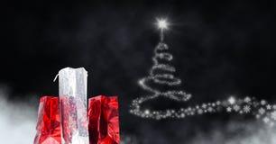 Δώρων τσαντών και Snowflake αγορών πυράκτωση μορφής σχεδίων χριστουγεννιάτικων δέντρων Στοκ Εικόνες
