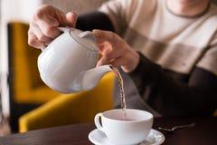 Δώστε κάποιο τσάι σε ένα φλυτζάνι Στοκ εικόνες με δικαίωμα ελεύθερης χρήσης