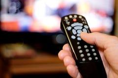Δώστε στη TV εκμετάλλευσης τον τηλεχειρισμό Στοκ Εικόνα