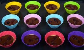 Δώδεκα muffin μορφή με τη ζύμη σε ένα ψήνοντας τηγάνι Στοκ φωτογραφία με δικαίωμα ελεύθερης χρήσης
