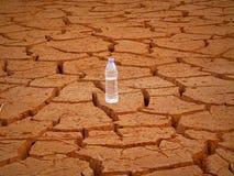 Εάν μόνο μισό μπουκάλι νερό αφήνεται στον κόσμο στοκ φωτογραφία με δικαίωμα ελεύθερης χρήσης