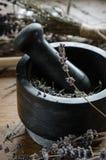 λείανση και συντριβή ξηρό lavender με ένα κονίαμα στοκ εικόνα με δικαίωμα ελεύθερης χρήσης