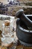 λείανση και συντριβή ξηρό lavender με ένα κονίαμα στοκ φωτογραφίες