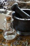 λείανση και συντριβή ξηρό lavender με ένα κονίαμα στοκ εικόνες