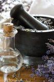 λείανση και συντριβή ξηρό lavender με ένα κονίαμα στοκ φωτογραφία με δικαίωμα ελεύθερης χρήσης