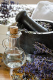 λείανση και συντριβή ξηρό lavender με ένα κονίαμα στοκ φωτογραφία