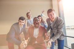 Είμαστε οι νικητές επιχειρηματίες που έχουν τη διασκέδαση συναγωνιμένος στις καρέκλες γραφείων Στοκ φωτογραφία με δικαίωμα ελεύθερης χρήσης