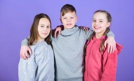 Είμαστε οι νικητές sportswear μόδα ημέρα των ευτυχών παιδιών τα παιδιά φίλων αγκαλιάζουν φιλία παιδικής ηλικίας r στοκ εικόνες