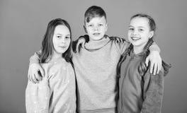 Είμαστε οι νικητές sportswear μόδα r τα παιδιά φίλων αγκαλιάζουν φιλία παιδικής ηλικίας r στοκ εικόνες με δικαίωμα ελεύθερης χρήσης
