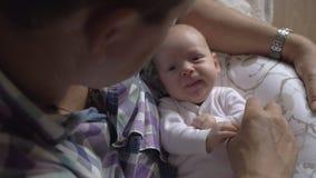 Είναι ευτυχής να είναι granddad αυτού του καλού μωρού απόθεμα βίντεο