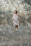 Είναι ντυμένη στο λευκό με το μαύρο φόρεμα λωρίδων Στοκ εικόνα με δικαίωμα ελεύθερης χρήσης