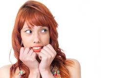 Είναι πολύ φοβησμένη και κοιτάζει μακριά Το Redhead κορίτσι φορά το ζωηρόχρωμο α Στοκ Φωτογραφία